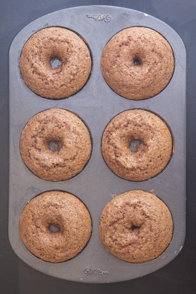 मोचा डोनट्स को डोनट पैन में पकाया जाता है।