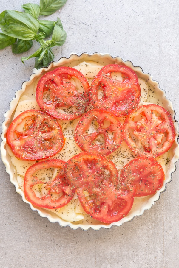 tomato cheese pie topped with sliced tomatoes