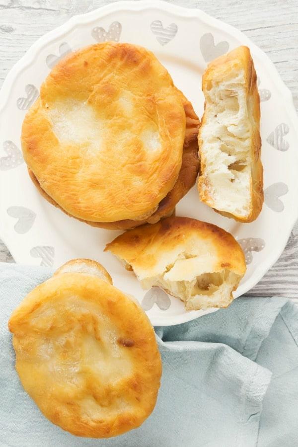 एक प्लेट पर रोटी सेंकें, पूरे 3 हिस्सों में काट लें