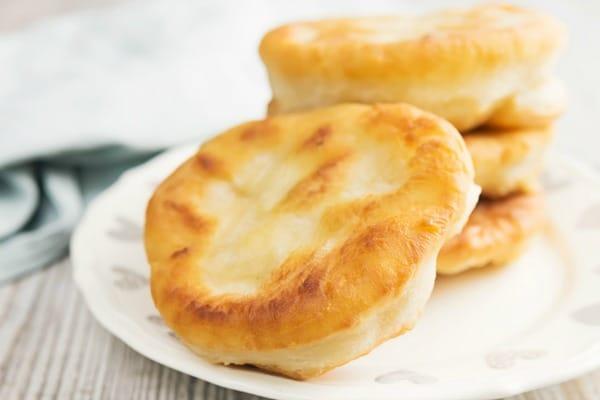 एक सफेद प्लेट पर ब्रेड को बेक करें