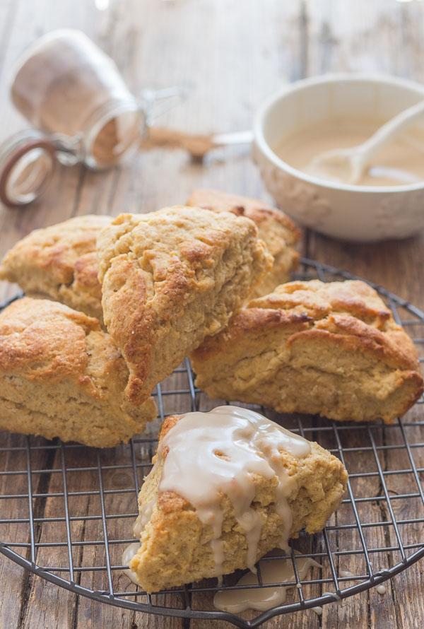 मेपल ग्लेज्ड ब्राउन शुगर दालचीनी के स्कोनस, द बेस्ट एंड सो इज़ी स्कॉन रेसिपी।  नाश्ते या ब्रंच के लिए उपयुक्त है।  जल्द और आसान।