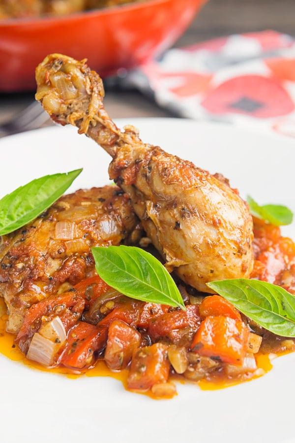 एक सफेद प्लेट पर चिकन काकीतोर