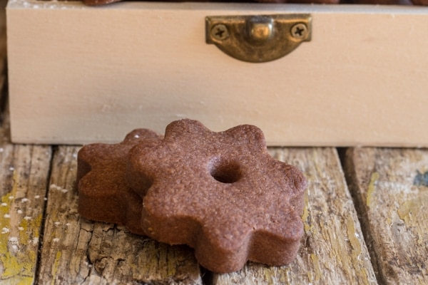 up close chocolate canestrelli cookie