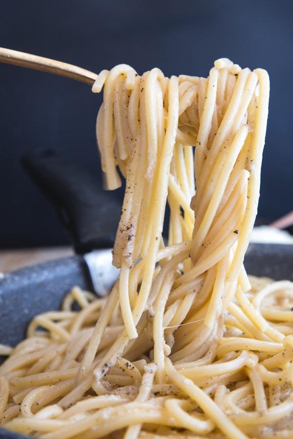 a fork of cacio e pepe