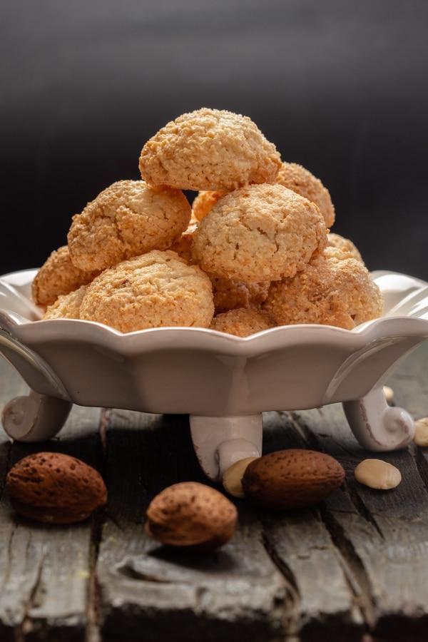 एक सफेद प्लेट पर अमर कुकीज़