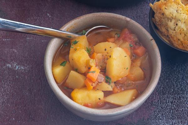 एक कटोरे में आलू का सूप