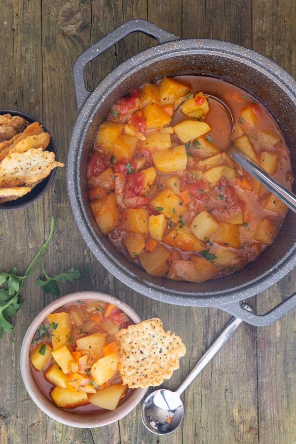 एक बर्तन में सूप और कुछ में पनीर का एक कुरकुरा
