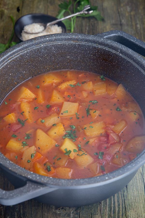 काले बर्तन में आलू का सूप