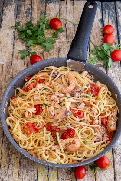 पास्ता को पका हुआ पास्ता में जोड़ा गया है।