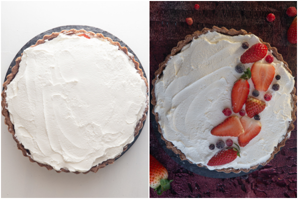 गार्निश के लिए क्रीम और स्ट्रॉबेरी के साथ पाई खत्म करें।